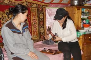 zwei Frauen mit Ziegenbein