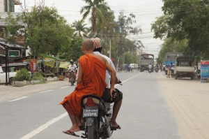 gut beschützt auf dem Mopedtaxi