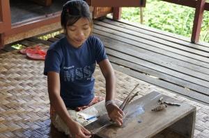 Lotusfaden ziehen ist mühsame Kleinstarbeit