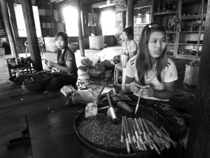 weil die Zigarren so schön altmodisch gerollt werden, mal ein Schwarz-Weiß-Foto