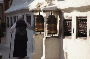 Gebetsmühle mit Frau
