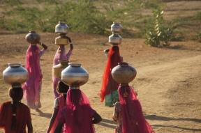 Frauen am Brunnen in Kurhi