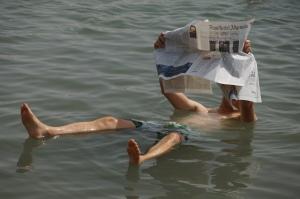 Zeitungsente auf dem Toten Meer